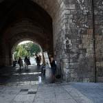 Bajo el Arco de Sta. María.